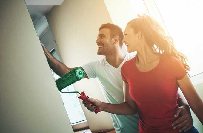Mit Partner zusammenziehen: So sparst du bei Hausrat und